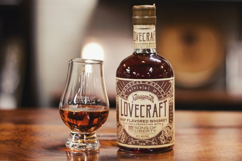 Lovecraft Whiskey pour